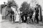 Uniformierte mit Fahrrädern