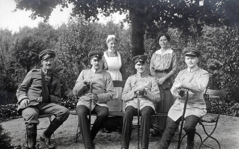 Bank, schlinge, schürze, soldat, Stuhl, Uniform