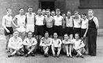 Hitlerjugend vor der Turnhalle