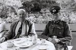 Mit Soldat am Tisch