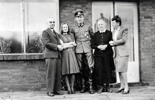 NS-Soldat in einer Gruppe