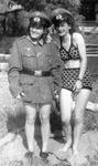 Bikini und Uniform