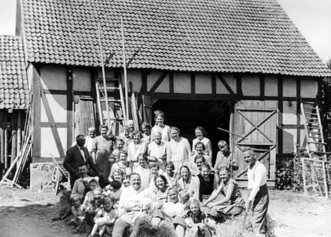 Gruppenfoto vor einer Scheune
