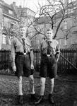 Zwei Jungen mit Uniform