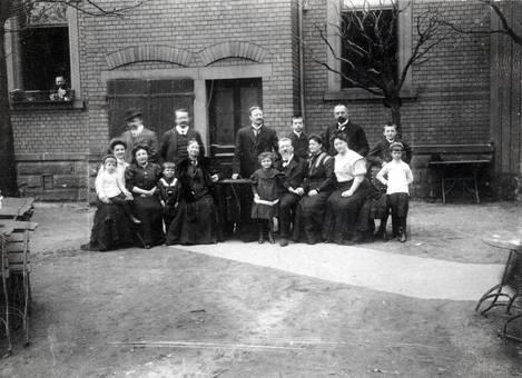Gruppenfoto vor einem Haus