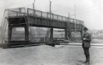 Mann vor der Brücke