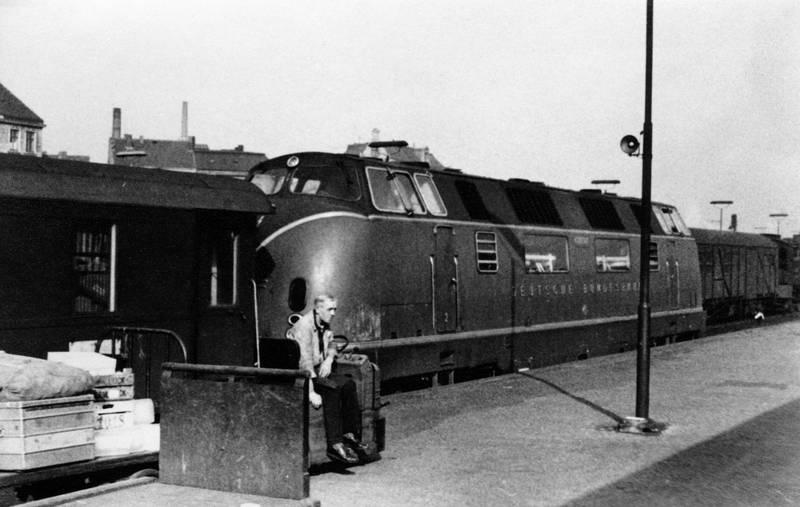 Diesellok, Gleis, hamburg, Hamburg HBF, hamburger hauptbahnhof, Hauptbahnhof, HBF, kreisbahn, waggon, zug, zuggleis, Zugwaggon