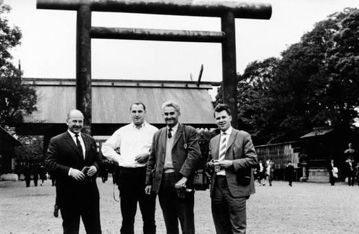 Gruppenfoto beim Torii