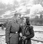 Paar am Bahnhof