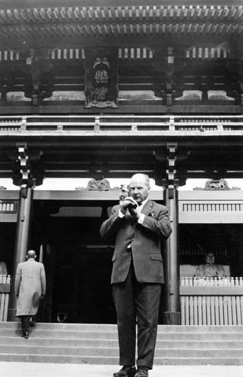 anzug, fotograf, Fotografieren, Hauptstadt, Japan, japanischer schrein, Kamera, kultur, Metropole, ostasien, ostasienreise, reise, reisen, religiöse stätte, schrein, Shinto, shinto-schrein, Tokio, urlaub, Urlaubsreise, verreisen, weltstadt