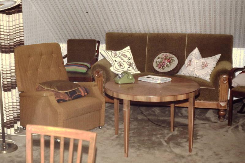 dachschräge, Fernsehsessel, Gardine, sessel, sofa, Sofakissen, teppichboden, tisch
