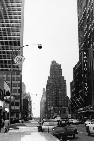 auto, Hochhaus, KFZ, Metropole, new york, New York City, PKW, radio city, reise, Schild, schrift, schriftzug, straße, straßenlaterne, urlaub, Urlaubsreise, usa, Vereinigte Staaten, Wolkenkratzer