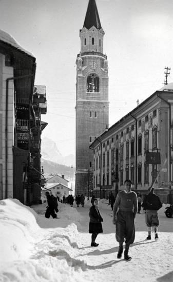 Basilika, Campanile, Cortina d'Ampezzo, Cortina d'Ampezzo, Dolomiten, freistehender Glockenturm, Glockenturm, Italien, kirche, schnee, straße