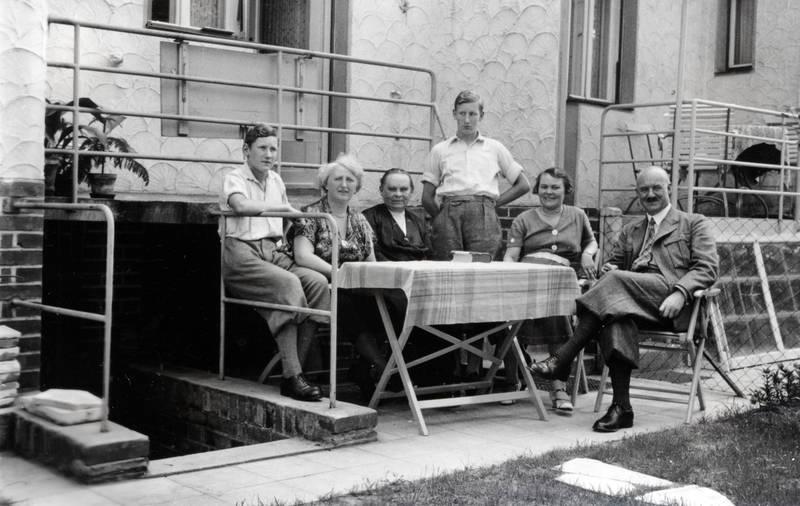 anzug, Hemd, Knickerbocker, Krawatte, sitzen, Stuhl, tisch