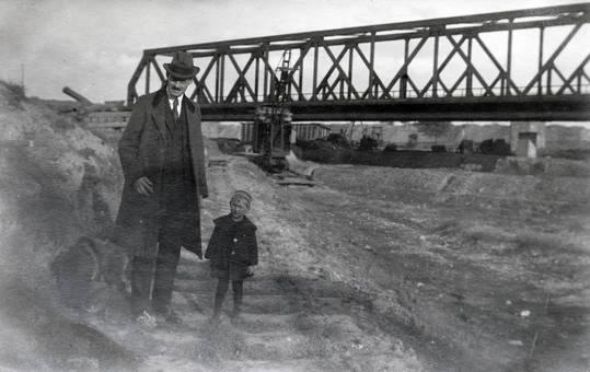 Vor der Brücke