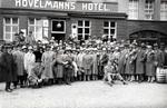 Gruppenbild vor dem Hotel