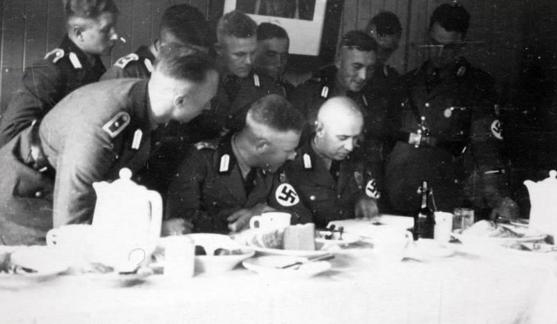 Buch, hakenkreuz, Lesen, Nationalsozialismus, NS, NS-Regime, tisch, Uniform, zweiter weltkrieg