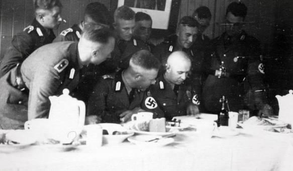 NS-Männer am Tisch