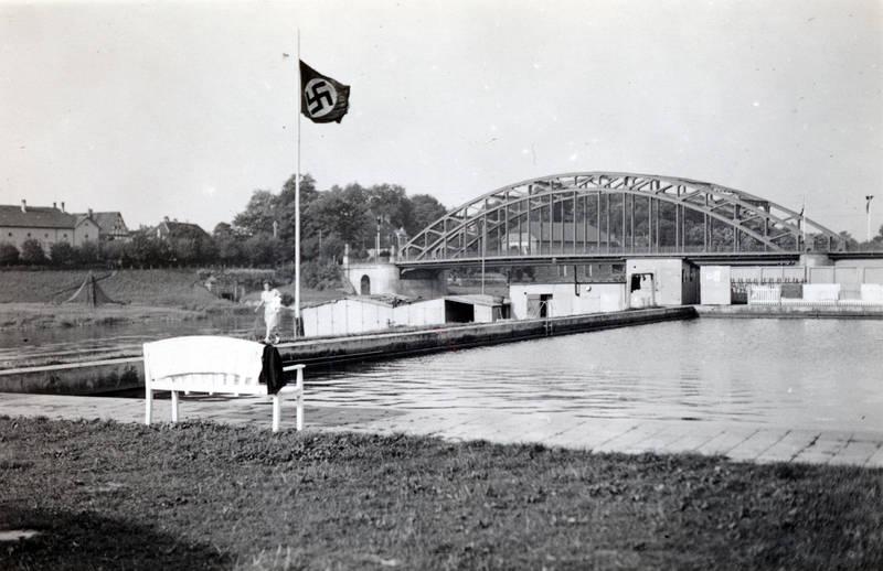 Bad, Badeanstalt, Badeanstalt Rohde, Bank, brücke, hakenkreuz, Hakenkreuzflagge, Weserangerbad, Weserbrücke