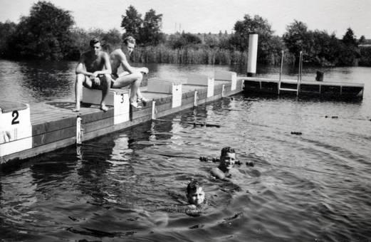 Gruppe am Wasserbecken