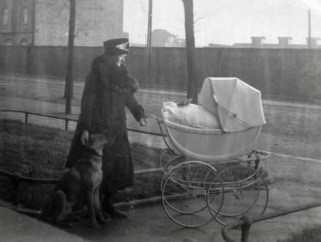 Mit Kinderwagen und Hund