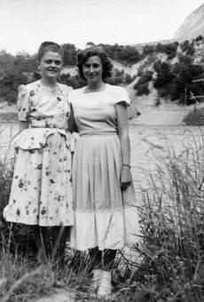 Zwei Frauen am Fluss