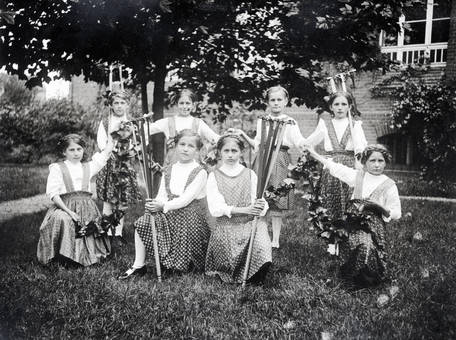 Kinder mit Gartengeräten