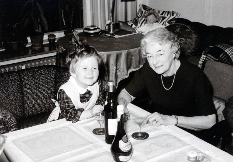 einrichtung, Flasche, Glas, Großmutter, Kindheit, lächeln, mode, puppe, sitzen, sofa, tisch, wohnzimmer