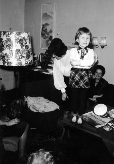 familie, General-Anzeiger, hund, Kindheit, lampe, stehlampe, tisch, wohnzimmer, zeitung