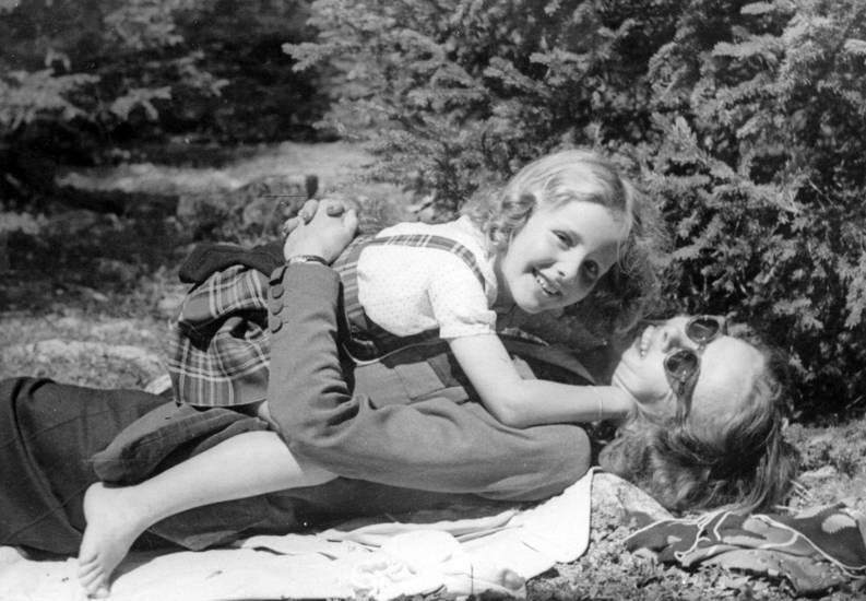 Bergell, Kindheit, liegen, Mutter, picknickdecke, sonnenbrille, Spaß, tochter, umarmen