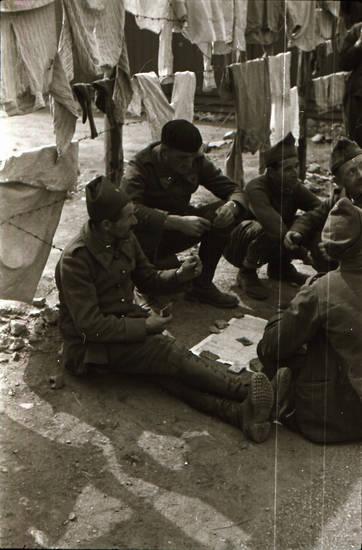 gefangenenlager, Kartenspiel, krieg, Soldaten, spielen, stacheldraht, stacheldrahtzaun, wäsche, Wäscheleine, zaun