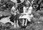 Zwei Frauen auf der Wiese