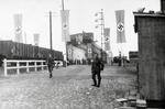 Brücke mit Hakenkreuzflaggen