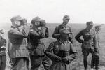 Soldaten mit Ferngläsern