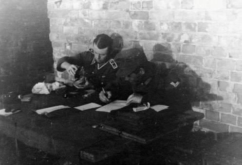 Wehrmachtssoldaten am Tisch