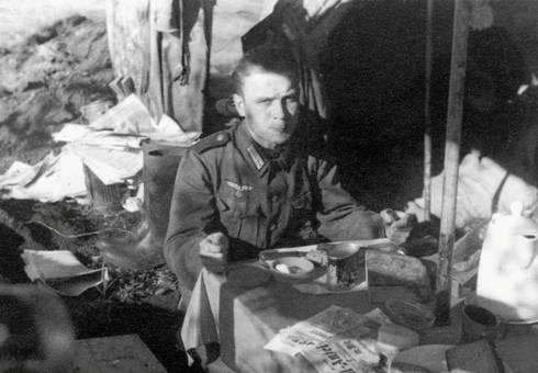 Soldat beim Frühstück