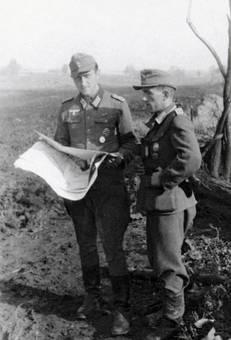 Wehrmachtssoldat mit Zeitung