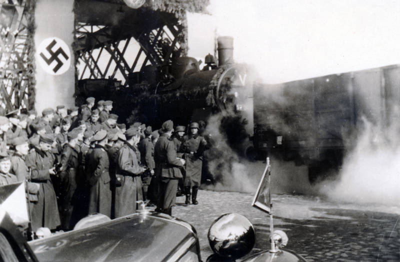 Eisenbahn, Eisenbahnbrücke, Eröffnung, hakenkreuz, Hakenkreuzflagge, Rauch, swastika, Uniform, Wehrmacht, zug, zweiter weltkrieg