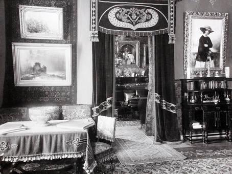 Wohnzimmer mit Porträts