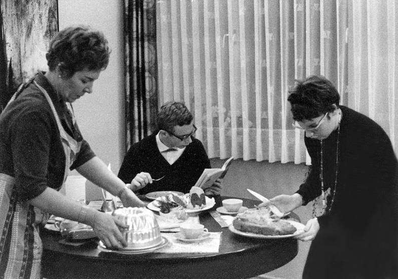 essen, familie, Familienfeier, gedeckt, kuchenform, schürze, servieren, tisch, Weihnachten, Weihnachtsfeier, weihnachtsfest, Weihnachtszeit