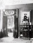 Vorhang & Tür mit Porträts
