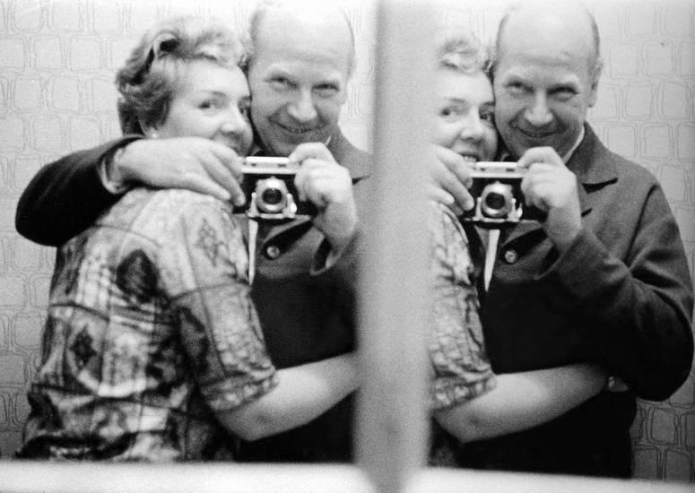 ehepaar, fotograf, Fotografieren, glücklich, Kamera, lächeln, mode, Spaß, spiegel, umarmen