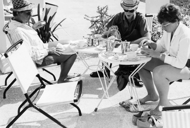 essen, hut, kaffee, Kanne, Mallorca, reise, Sonne, sonnenbrille, Stuhl, tasse, Terrasse, tisch, urlaub, Urlaubsreise