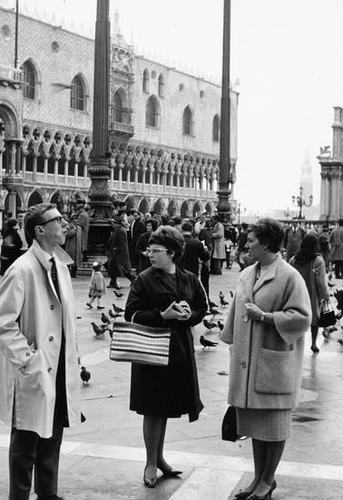 Brille, frisur, Haar, haare, Handtasche, Italien, mantel, Markusplatz, mode, Piazza San Marco, reise, urlaub, Urlaubsreise, Venedig
