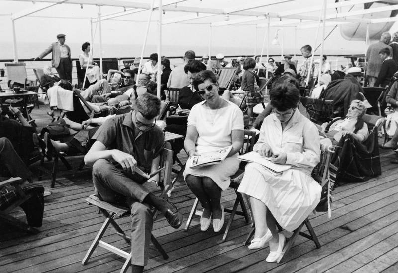 boot, Bootsfahrt, Brille, Buch, Faltenrock, freizeit, kleid, Lesen, mode, reise, romantica, schiff, Schifffahrt, sitzen, sonnenbrille, Spaß, Stuhl, urlaub, Urlaubsreise, Zeitschrift, zeitung