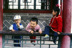 Kinder beim Tempel