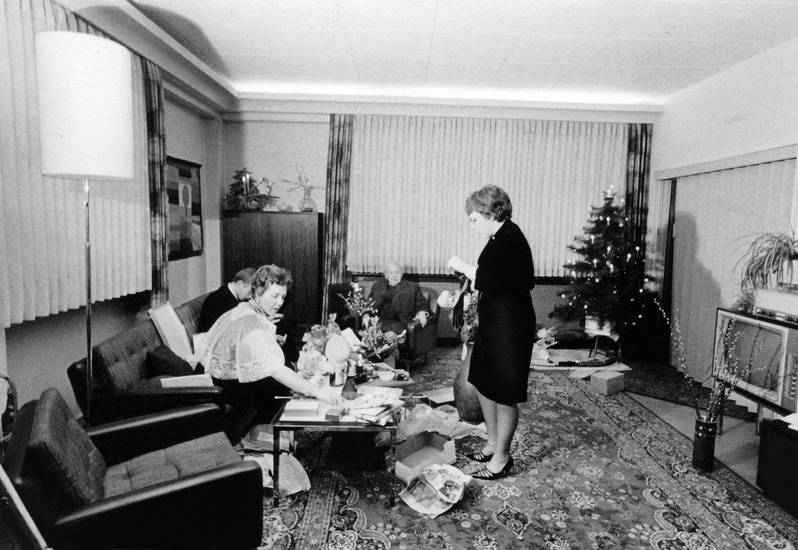 christbaum, einrichtung, Fernseher, Geschenkpapier, Interieur, lampe, Möbel, sessel, Tannenbaum, Weihnachten, Weihnachtsbaum, Weihnachtsgeschenk, Weihnachtszeit