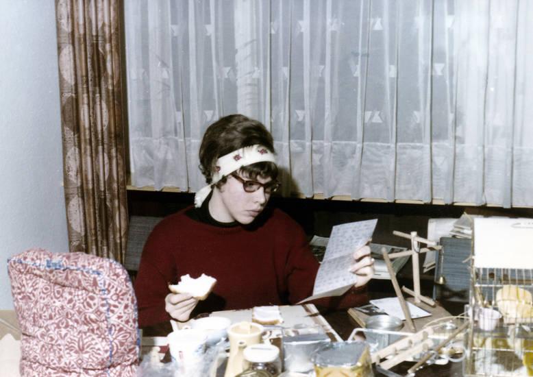 Brief, Brille, Brot, essen, frühstück, frühstücken, Frühstückstisch, haarband, Lesen, mode, Pullover, schrift