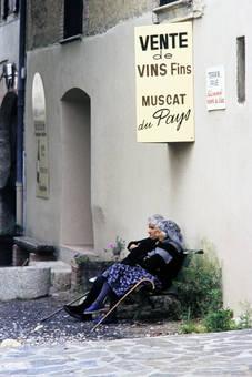 Vor dem Weingeschäft