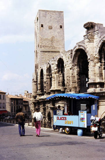 antikes theater, Arles, Eisverkäufer, Glaces Debby, Motorrad